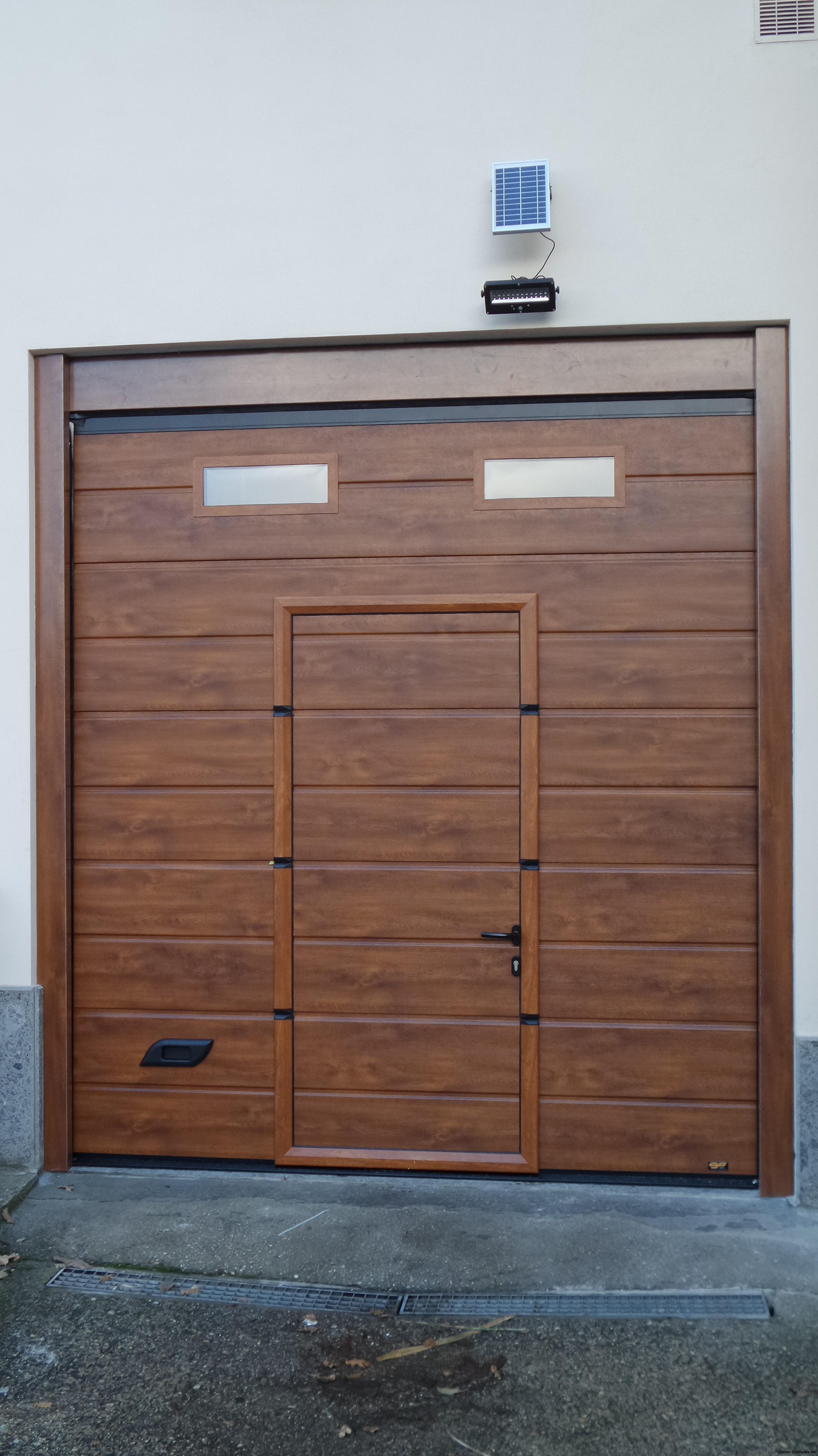 Porta sezionale da garage con porta pedonale e oblò stesso colore della porta caprarola (VT)