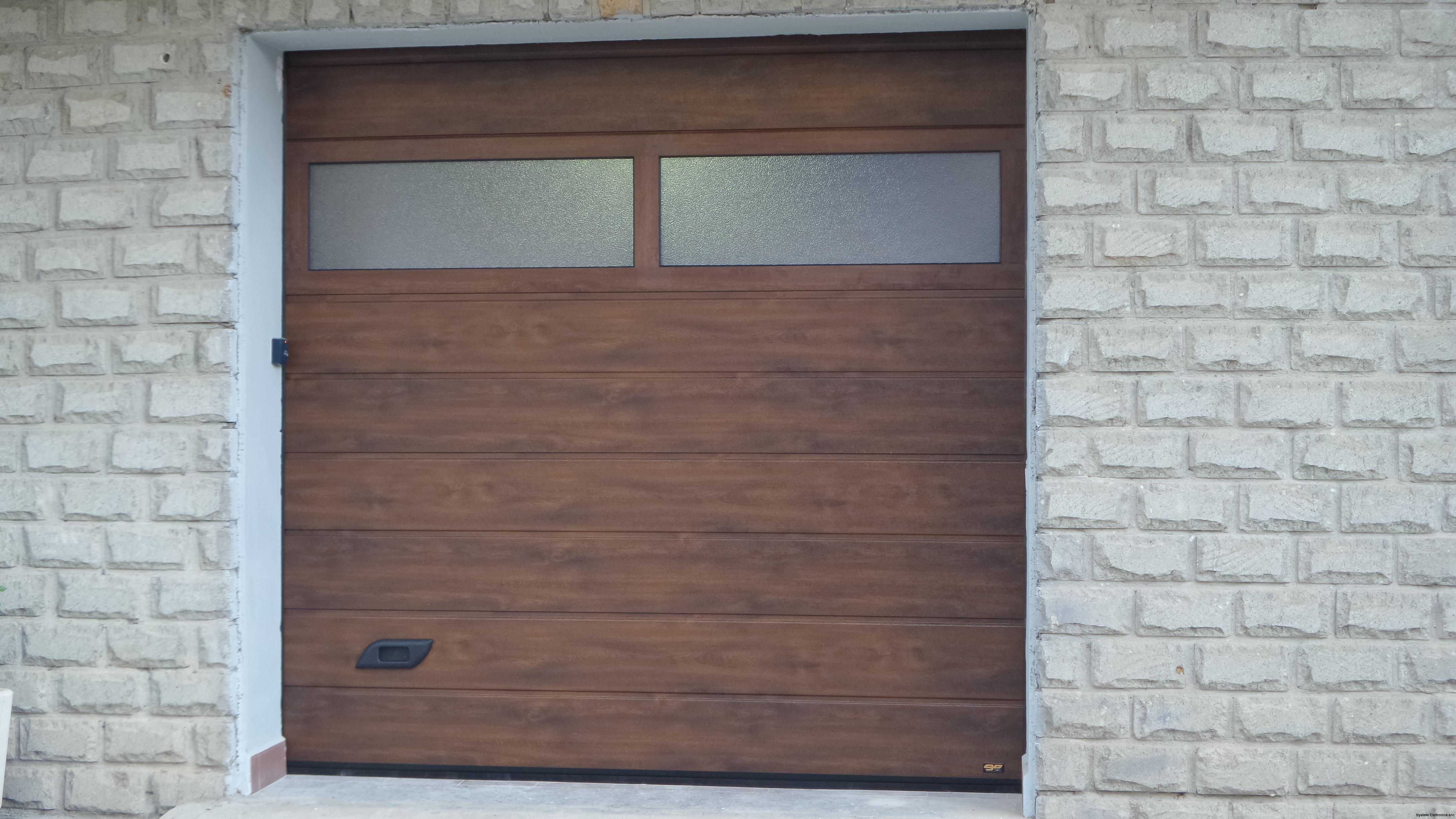 Porta sezionale da garage finto legno con sezione finestrata.