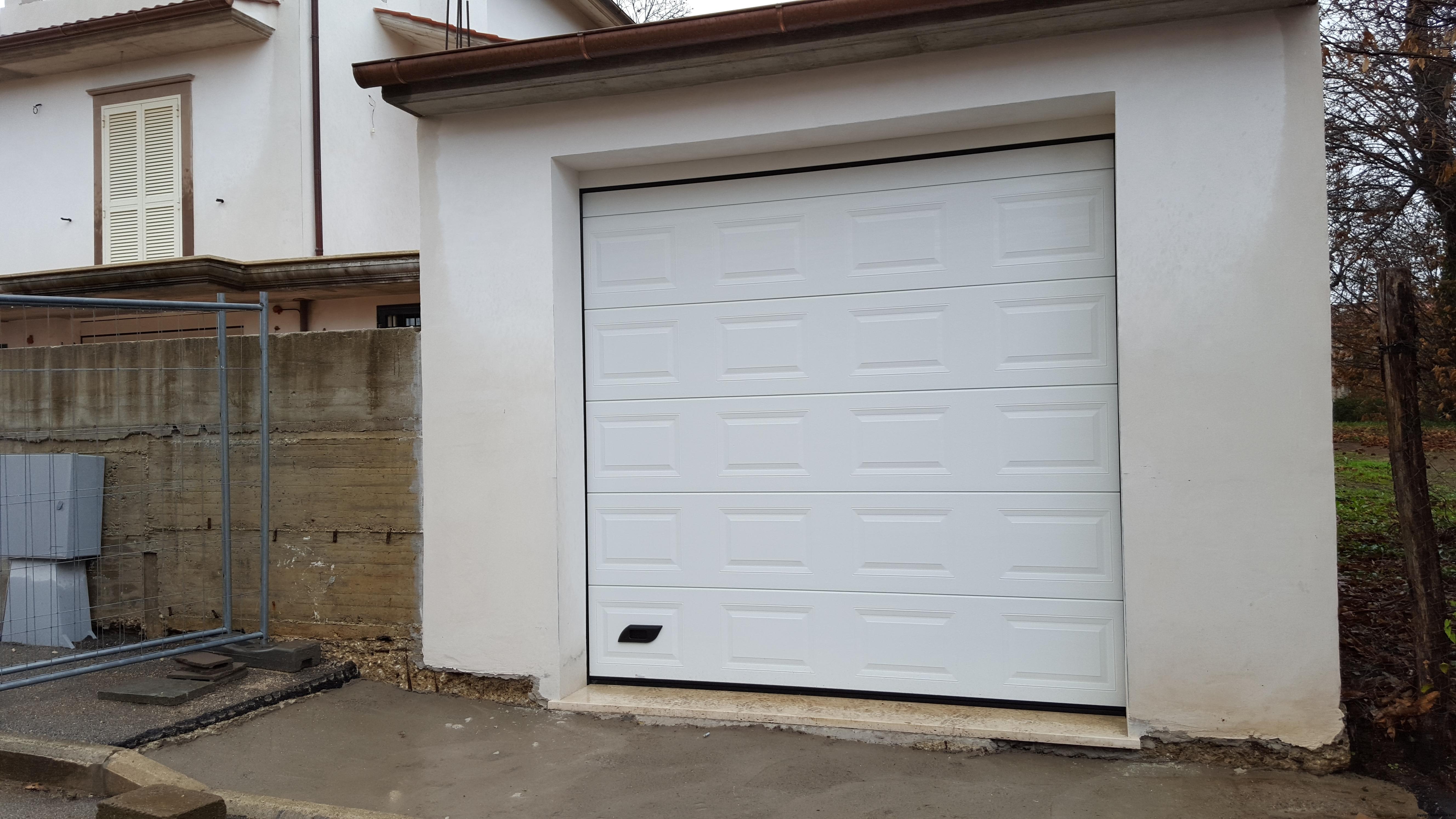 Porta sezionale da garage cassettato colore bianco Vignanello (Vt)