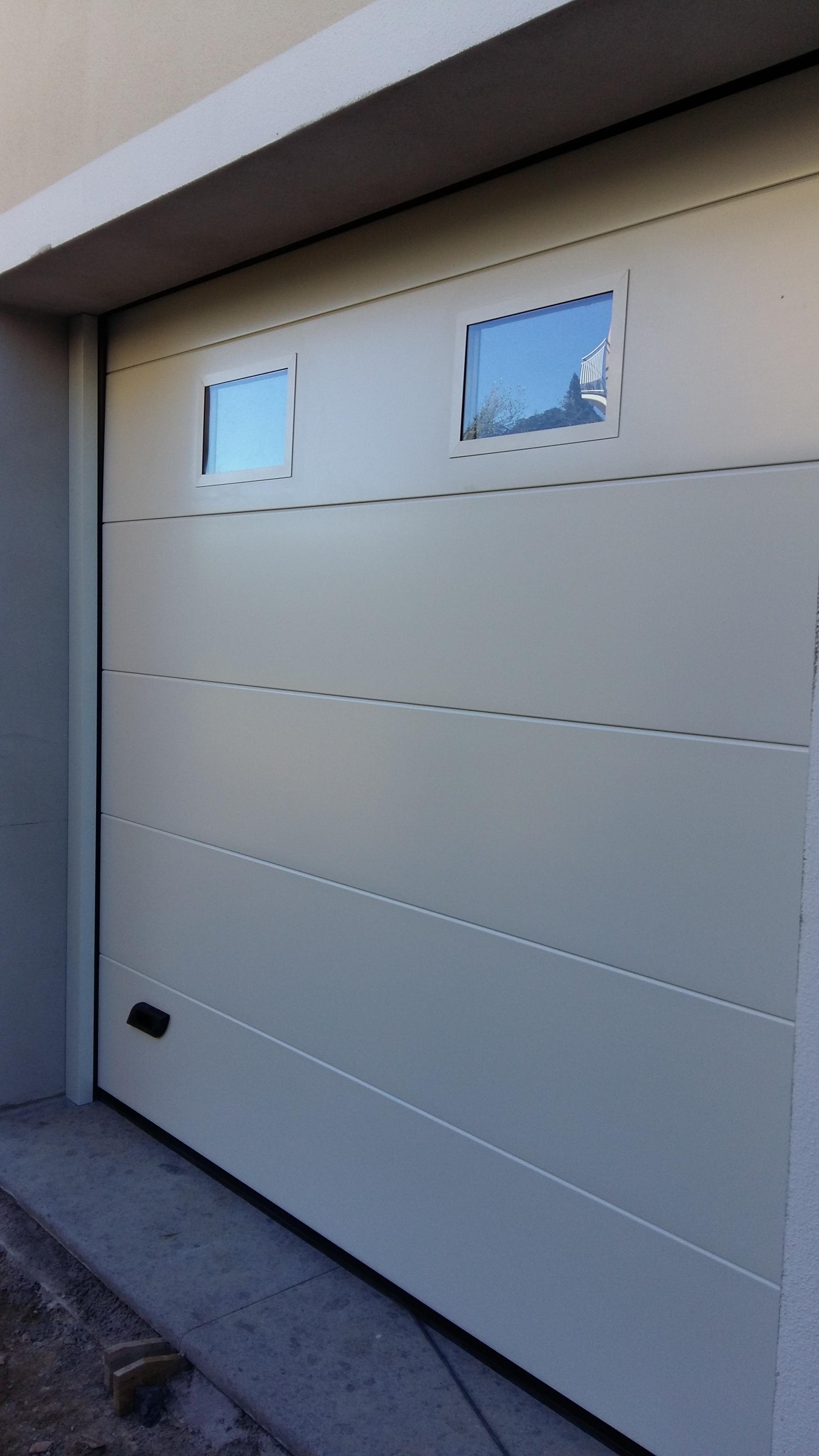 Porta sezionale da garage bianco liscio con oblò Caprarola viterbo