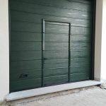 porta da garage installata a canepina colore verde con porta pedonale nel manto