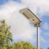 lampione a energia solare in una bella giornata di sole