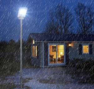 lampione a energia solare acceso sotto la pioggia